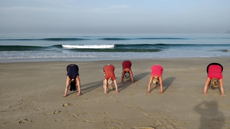 Hatha jooga tund Goa rannal